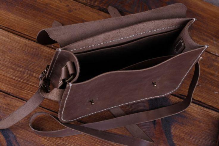Коричневая кожаная сумка ручной работы Сумка, имеет 1 большое отделение, 2 плоских (спереди, и сзади). Закрывается на застежках на кобурных кнопках. Длина р