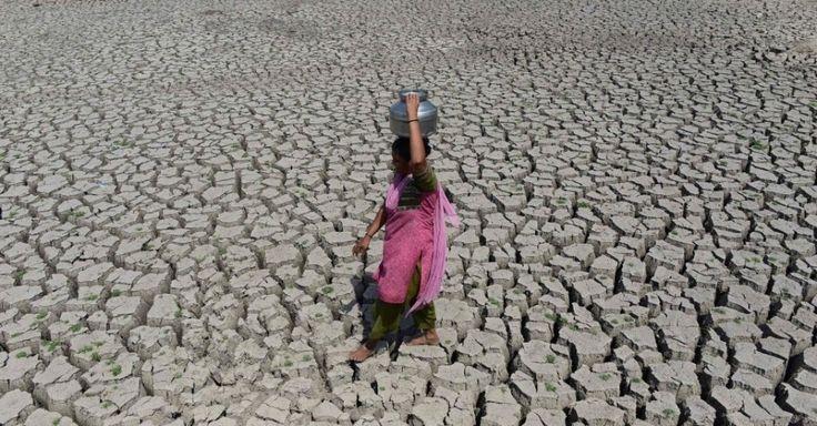 20160520 - Mulher caminha pelo leito seco do lago Chandola, em Ahmedabad, na Índia. A onda de calor que atinge o país destruiu a colheita e deixou centenas de mortos em pelo menos 13 Estados. A cidade de Phalodi registrou a maior temperatura da Índia, 51º Celsius. O Departamento Meteorológico do país informou que o recorde anterior era de 50,6ºC, registrados em 1996, em Alwar, no Rajastão  Imagem: Sam Panthaky/AFP