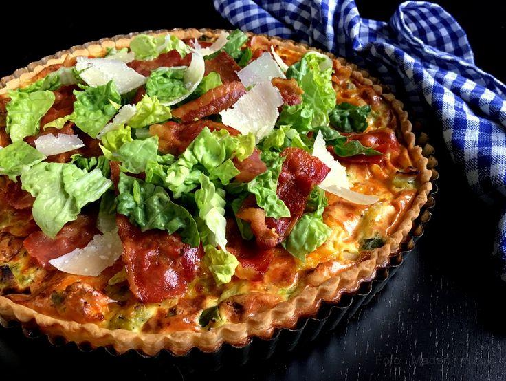 Skøn opskrift på kyllingetærte a la cæsarsalat. En lækker kyllingetærte med top af romaine salat, sprød bacon og store parmesan flager.