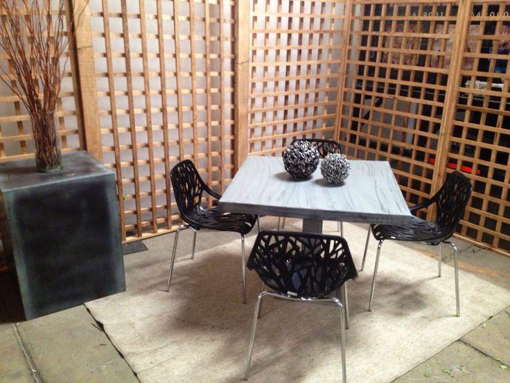 #mesa domino con #silla Eve negra y mampara de cuadros en madera natural
