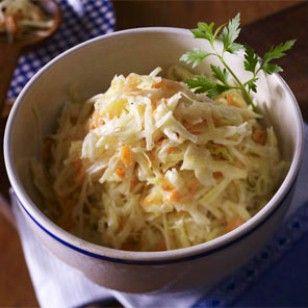 Der amerikanische Krautsalat aus Weißkohl, Möhren und einer cremigen Soße passt gut zu Spareribs, Burgern oder Steaks. So machen Sie Cole Slaw ganz einfach selber!