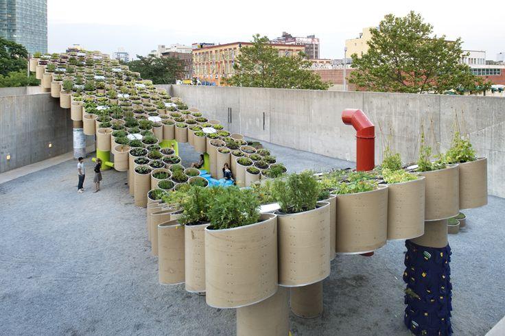 Urban Farm - Workac Design - 2008 - New York Réalisé avec des tubes de carton. recyclable et biodégradable. Une agriculture durable et construction durable. Alimenté à 100% par l'énergie solaire, et la totalité de son eau provient d'un système de collecte des eaux pluviales sur place. Sensibiliser les visiteurs sur l'agriculture urbaine durable par l'intermédiaire de l'architecture contemporaine.
