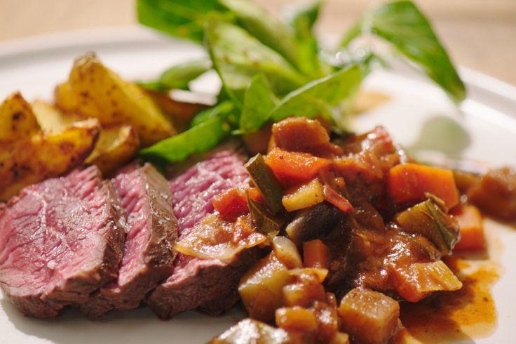 Onglet met Provençaalse saus en aardappelwedges