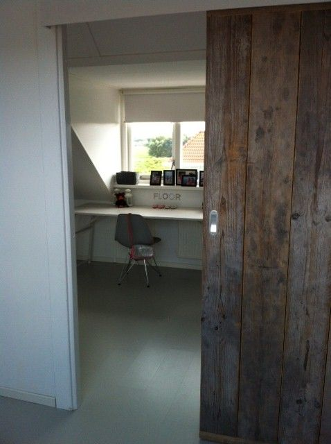 Lifs interieuradvies & styling www.lifs.nl Zolder: stoere schuifdeur van steigerhout. Mooi en ruimtebesparend!