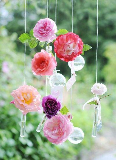 @ Zo eenvoudig, zo sfeervol: met kleine waterdragers – een reageerbuisje volstaat al – maak je een rozenmobile voor het raam