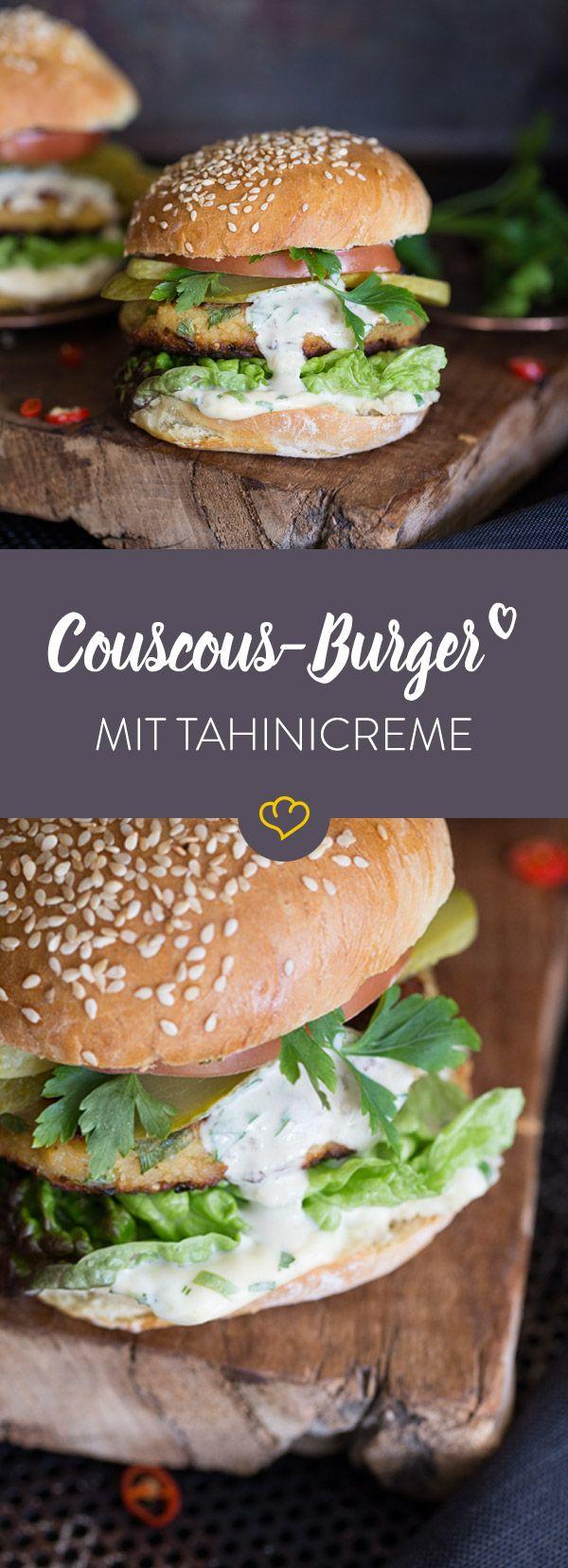 Ein unglaublich fluffiges Burger-Patty aus Couscous, frische Tomate, eingelegte Gurken und Tahinicreme zwischen zwei frisch gebackenen Brötchenhälften.