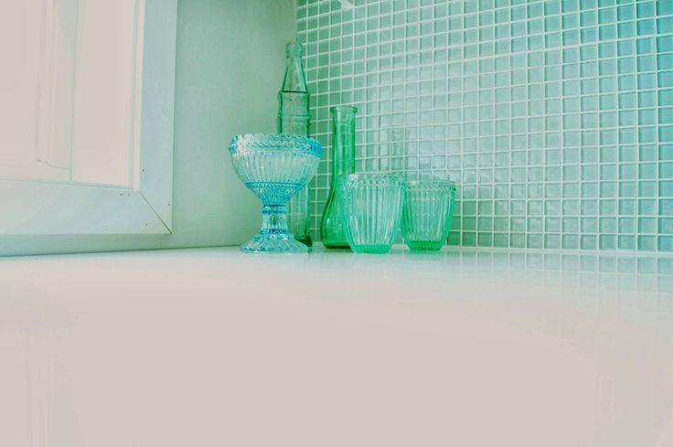 Klare mosaikk kjøkkenfliser med hvit fugemasse = <3