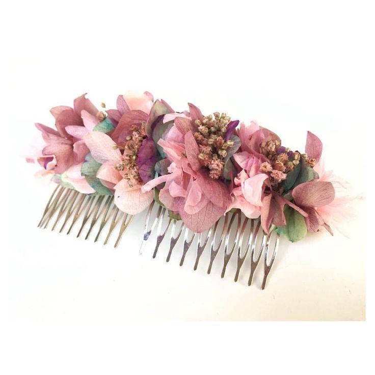 Semana non-stop entregando pedidos como esta peineta de flores secas para una de nuestras invitadas! ♡ #coronadeflores #tocado #tocados #wedding #weddingstyle #novia #invitadasconestilo #corona #flowers #flowercrown #headpiece