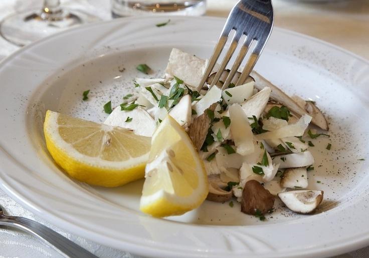 Antipasti a base di prodotti locali come funghi e formaggi al Ristorante Al Centro di Trivero. www.oasizegna.com