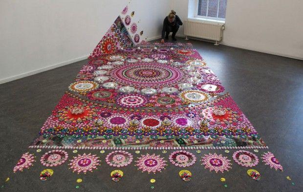 Suzan Drummen est une artiste hollandaise qui travaille sur de magnifiques motifs colorés inspirés des mandalas, des tapis ou de la nature.Pour ses incroy