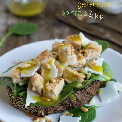 Tostada met geitenkaas, spinazie en kip