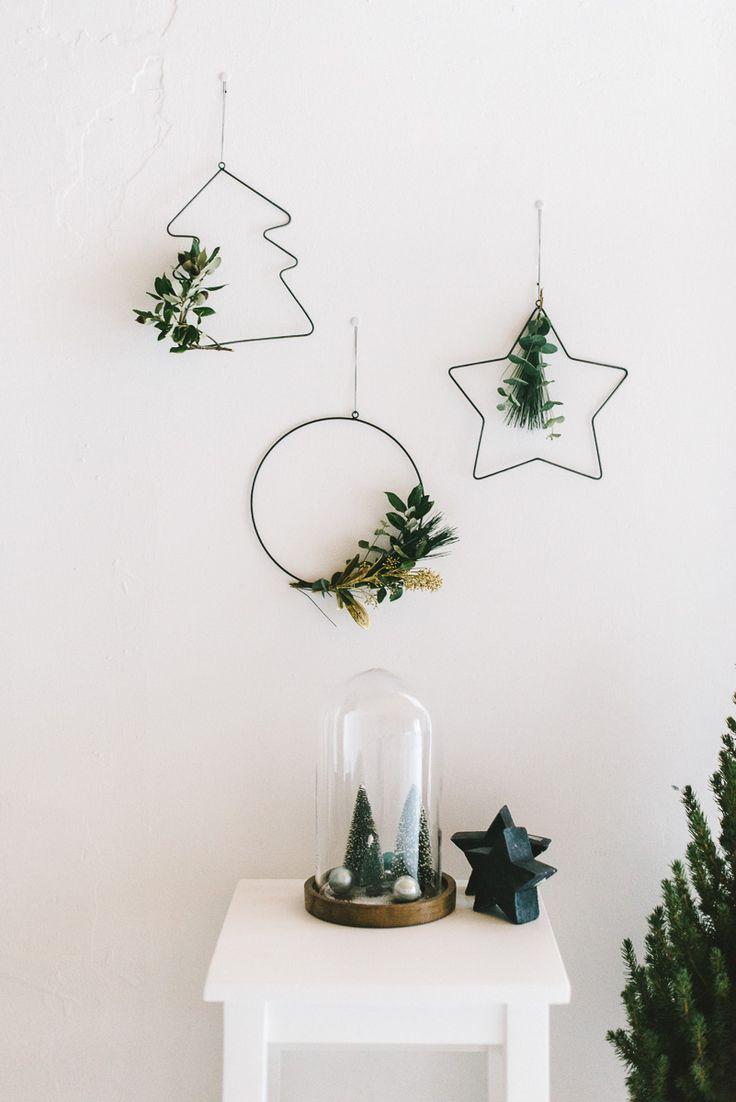 Drei zauberhaft schlichte Ornamente aus Metall in Form eines Tannenbaums, eines Sterns und eines Kreises bieten viele Möglichkeiten der Dekoration. Hält sie einfach ans Fenster, oder schmückt sie, wie auf dem Foto, mit ein paar Zweigen und etwas Tannengrün. Für ein kleines Boho Gefühl an Weihnachten! Das Set enthält drei Ornamente in unterschiedlichen Formen, die …