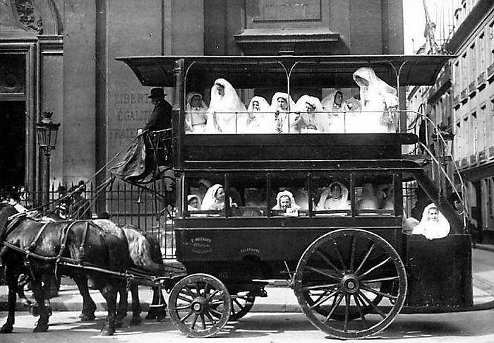 Les moyens de transport du Paris d'antan Le jour de la première communion, en tramway... (carte postale, vers 1900)
