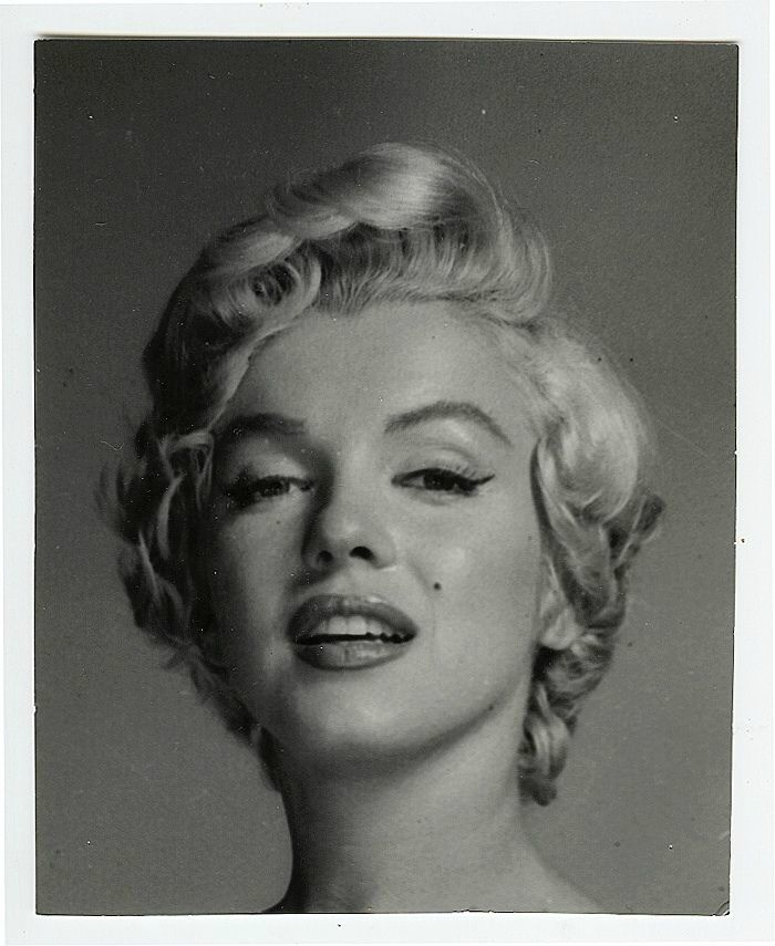 1954 bohemian girl par philippe halsman divine marilyn monroe studios portrait and messages. Black Bedroom Furniture Sets. Home Design Ideas
