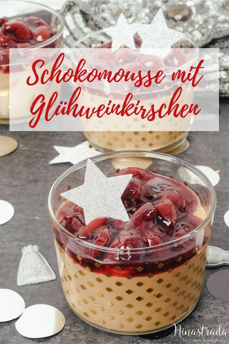 Rezept für Nachtisch im Glas zu Silvester: Schokoladenmousse mit Glühweinkirschen. Dessert im Glas mit Schokolade für Sylvester.