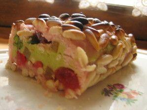 Délicieuse confiserie de Noël en pays basque et en Espagne, voici une des innombrables recettes de touron que nous avons utilisée en guise de dessert ou de bûche originale. C'est aussi un souvenir d'enfance, ramené par notre tante Hélène de ses vacances...