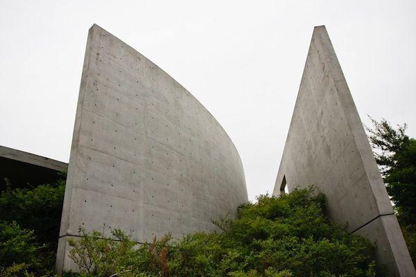 Detalhe do exterior do Templo das Águas, o Templo Shingonshu Honpukuji, na ilha Awaji, Japão. Arquiteto: Tadao Ando. Fotografia: Ken Conley.