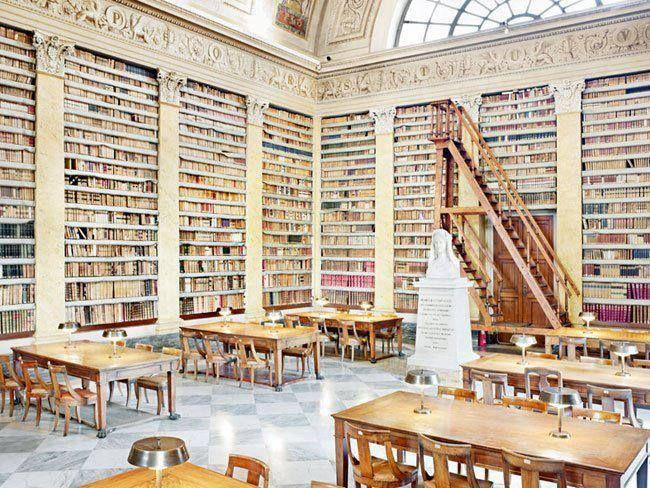 Bibliothèque Palatine, #Parme, #Italie créée au XVIIIe siècle. La bibliothèque conserve plus de 426 000 livres imprimés , 52 000 manuscrits et autres périodiques et brochures. Elle conserve en particulier une partie des archives de la famille des Farnèse.