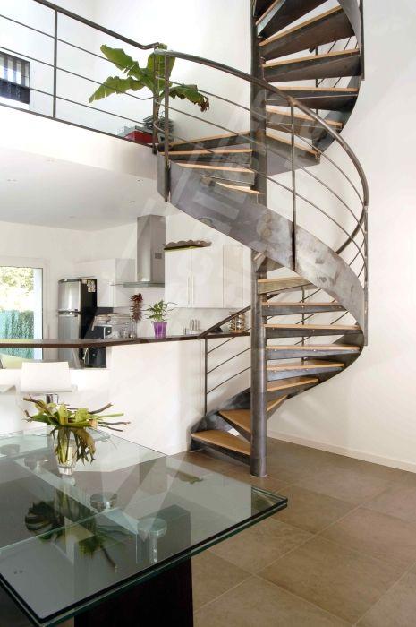 S24 - Escalier hélicoïdal contemporain métal et bois. Escaliers Décors® - www.ed-ei.fr - © Photo : Vanessa DESCHUYTENEER