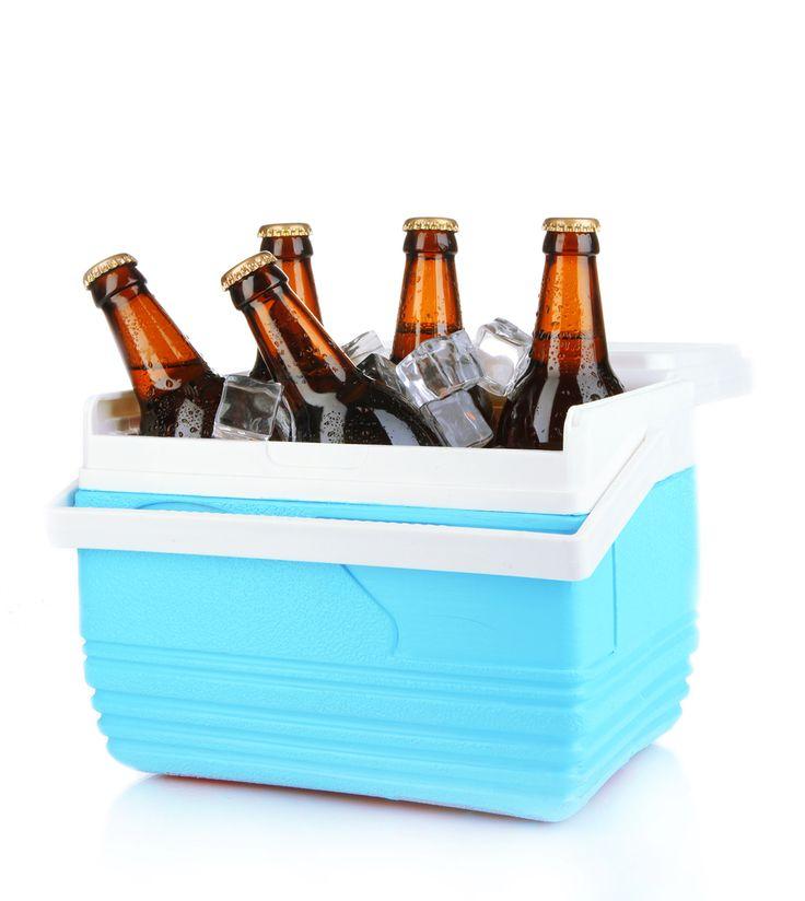 """Após a revolta dos cariocas com altos preços da cidade, nasceu o """"beber de isoporzinho"""", onde amigos se reúnem em algum espaço público para beber a cerveja que é levada de casa no isopor ou bolsa térmica"""