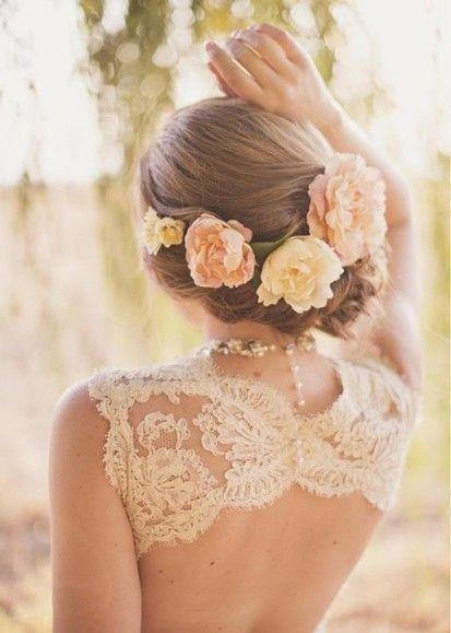 大ぶりのお花と一緒に ウェディングドレス・カラードレスに合う〜編み込みの花嫁衣装の髪型まとめ一覧〜