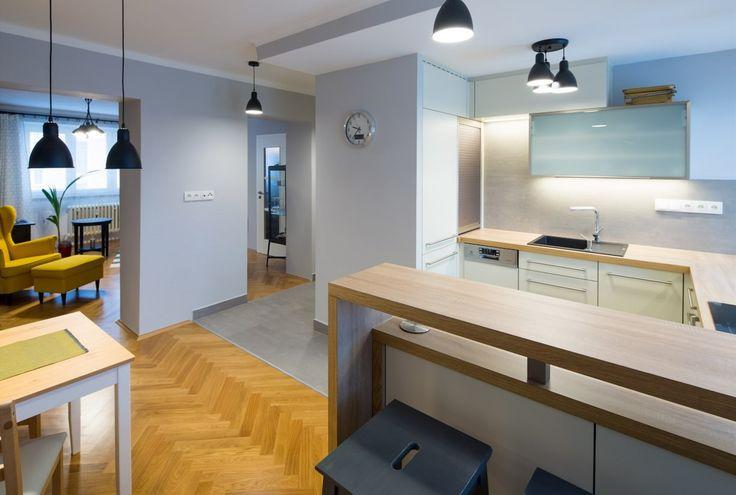 Kuchyň je ve tvaru písmene U. Propojení bylo možné pouze průhledy po původních dveřích.