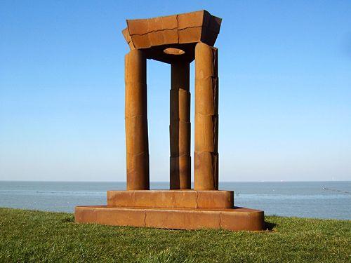 De 'Noordkaap' op de dijk van de Emmapolder ten noorden van Uithuizermeeden is het noordelijkste punt van het vasteland van Nederland.<br>Sinds de onthulling in februari 2003 wordt de plaats gemarkeerd door dit kunstwerk 'De Hemelpoort', van René de Boer uit Usquert. Het kunstwerk is gemaakt van weerbestendig cortènstaal. Het weegt ruim 550 kg en is ruim 2,5 meter hoog.