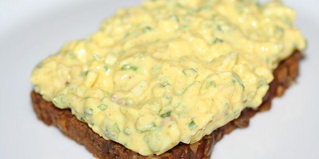 Lækker hjemmelavet æggesalat på et godt stykke brød udgør en forrygende frokost. Her lavet med fedtfattig skyr men med den samme gode smag.