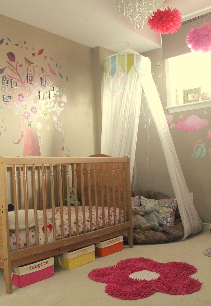 Habitación infantil con cuna, almacenamiento debajo y rincón tipo tipi.