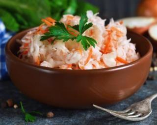 Salade légère de chou aux pommes et surimi : http://www.fourchette-et-bikini.fr/recettes/recettes-minceur/salade-legere-de-chou-aux-pommes-et-surimi.html