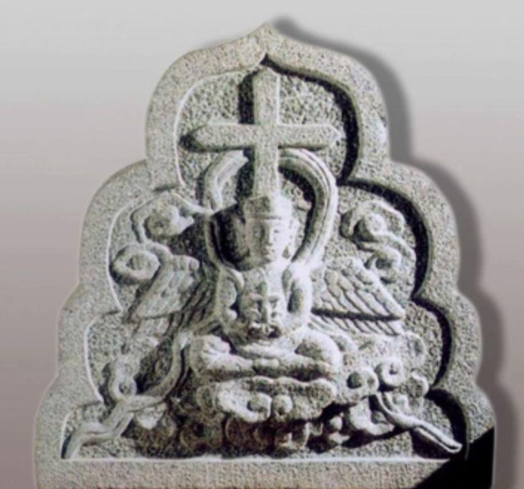 En Quanzhou también se encontraba una prospera comunidad de nestorianos y su museo marítimo posee una impresionante colección de lápidas nestorianas. Los ángeles, sentados en la posición de meditación budista y con enormes orejas de Buda, tienen en sus manos una cruz cristiana que emergen de una flor de loto . Incluso los maniqueos tuvieron una comunidad en Quanzhou; y el único templo maniqueo que queda en el mundo se encuentra en las afueras de Quanzhou.