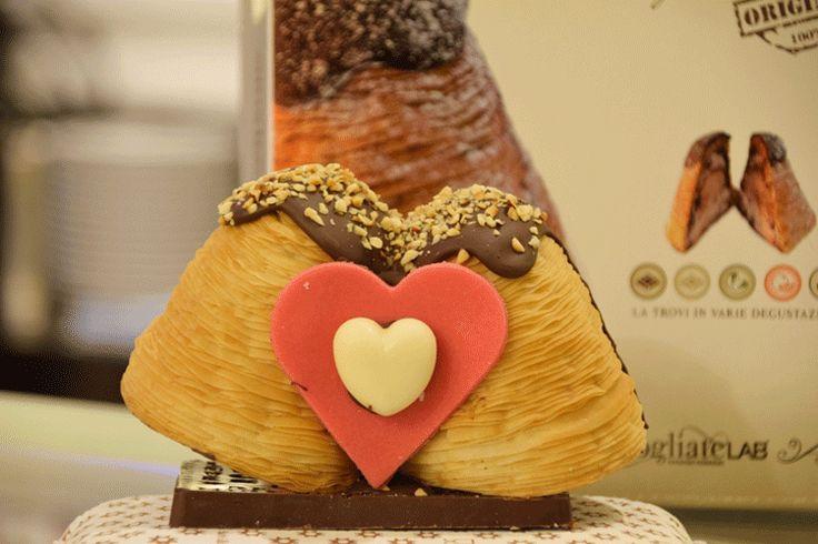SAN VALENTINO - La Sfogliacampanella diventa il dolce dell'Amore. Due Sfogliacampanelle, un cuore e tanti baci a cura di Redazione - http://www.vivicasagiove.it/notizie/san-valentino-la-sfogliacampanella-diventa-il-dolce-dellamore-due-sfogliacampanelle-un-cuore-e-tanti-baci/