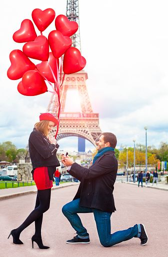 Романтическое предложение руки и сердца на Эйфелевой башне, Париж, Франция