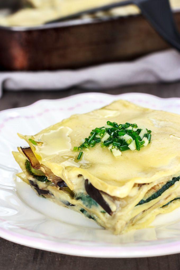 Lasaña de verduras con láminas de berenjena y calabacín. Se acompaña con una bechamel vegana y una picada de ajo y cebollino. Sencillamente deliciosa.