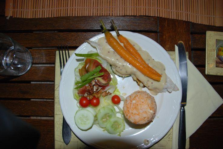 """""""rode""""rijst, Kabeljauw op een bedje van courgette en voorzien van een honing/mosterdsaus, Gegratineerde wortel, salade met sla, zwarte tomaat, romaatjes en komkommer"""