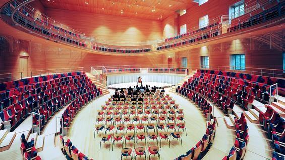 Anfang Februar 2017 üben die ersten Studenten der Barenboim-Akademie in dem Pierre Boulez Saal. Gleichzeitig werden verschiedene Formen der Bestuhlung getestet. In dieser Formation ist der Zuschauerraum um Einzelstühle vergrößert, der Musiker spielt auf einer kleinen Bühne.