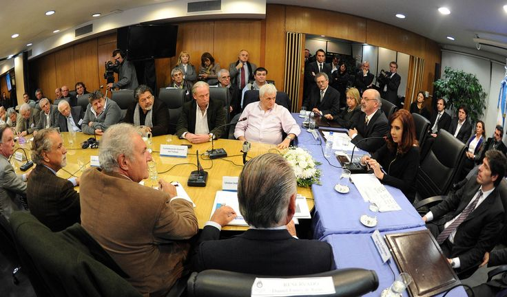 Cristina Fernández de Kirchner participó de la reunión del Consejo del Salario en la que se decidió aumentar el salario mínimo 25,2 % lo que suma 1.700 % de aumento sostenido durante la última década.
