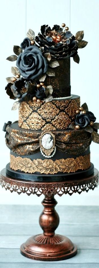 Victorian Gothic Wedding Cake I really ❤ this cake... it's so elegant. Classy not gimmicky at all.