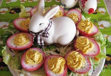Piros karimás töltött tojások :  http://www.nosalty.hu/recept/piros-karimas-toltott-tojasok-husvetra