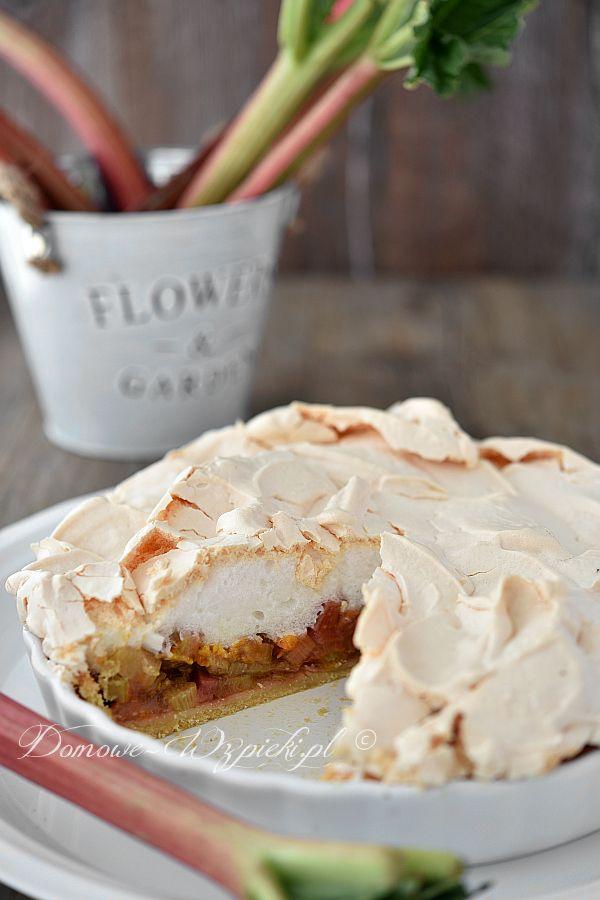 Chrupiące ciasto kruche z rabarbarem pod puszystą pianką bezową. Klasyczne połączenia kwaskowatego rabarbaru i słodkiej bezy. Ciasto pachnie również delikatnie...