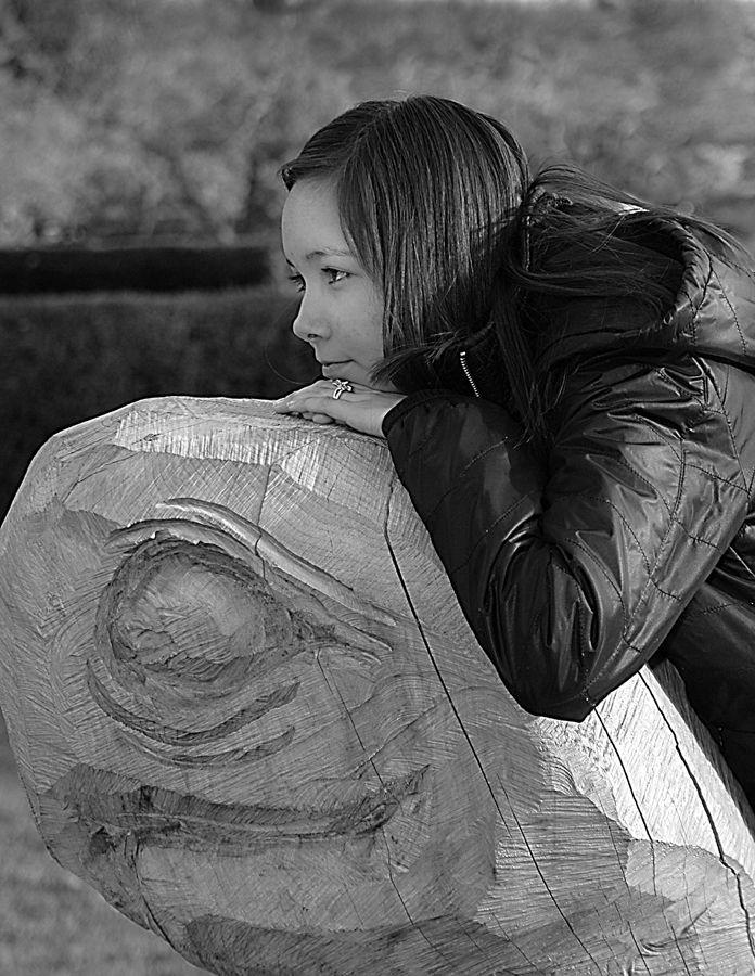 Ung pige på træ figur.