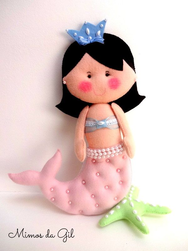 Produto em feltro, composto de sereia e estrela do mar de feltro <br>*acompanha sacolinha para carregar a boneca <br>Para decoração <br>Tamanho aproximado de 40 cm. <br>Posso personalizar com outra cor de cabelo e outras cores do bustiê e da cauda.