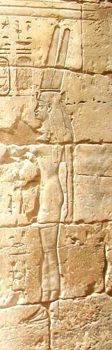 Corona Shuty.Estaba compuesta por dos plumas de halcón y se empleó desde el reinado de Seneferu. Desde el Reino Nuevo pasó a ser emblema de las mujeres de alto nivel social de la casa real y de las Divinas Adoratrices, así como ciertas divinidades, primero masculinas (Amón, Horus de Hierakómpolis) y más tarde femeninas (Renenutet, Uerethekau o Isis-Sothis), vinculándose a la regeneración anual del sol. Podía acompañarse de dos cuernos, enfatizando conceptos de fertilidad. Simbolizó la unión…