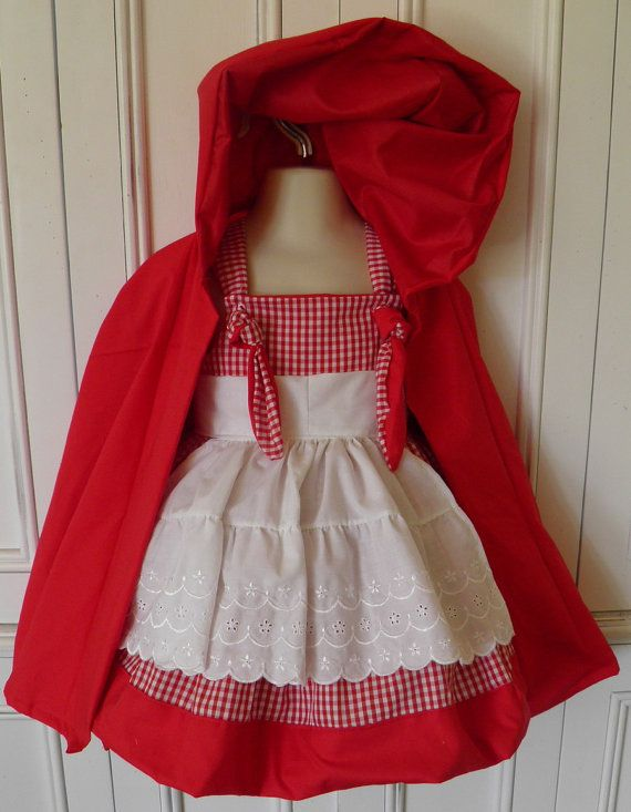 Se trata de un adorable boutique vestido/traje de las muchachas para mirar al igual que Caperucita Roja. Es un 3 piezas set que incluye un vestido rojo y blanco moña de nudo, una corbata blanca en el delantal, y un rojo con capucha del cabo. Es perfecto para Halloween, pero el vestido solo es ideal para usar en cualquier momento así. Es grande en su propio, pero apenas tan lindo con una camiseta y leggins debajo (orden a tamaño hasta capa). La blusa tiene dos ranuras en las que las corre...