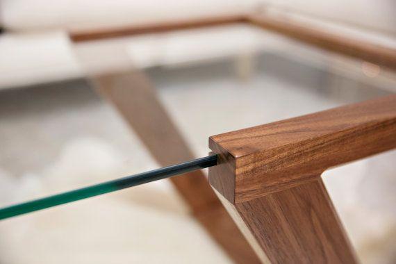 La Table basse Evans est la pierre angulaire de notre Collection Evans. À la main, fabriquée à partir de noyer noir massif, la table est finie avec 5 couches à la main-frotté de notre mélange unique/vernis à l'huile qui ouvre la beauté naturelle du grain. Caractéristique la plus attrayante de la table est la 3/8 surface en verre épais «flottants», conçue pour lui donner un équilibre visuel parfait pour compléter ses environs.  Comme chaque espace de vie a son propre des éléments u...