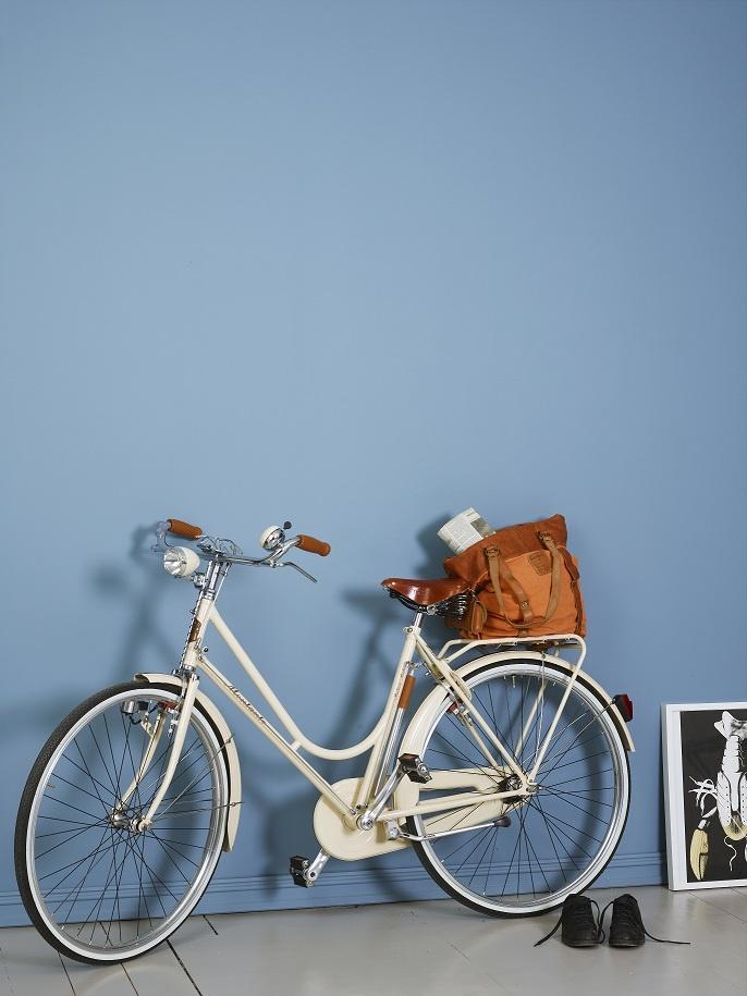 Esta pared azul es el fondo ideal para decorar cualquier espacio.  Color Jotun 5159