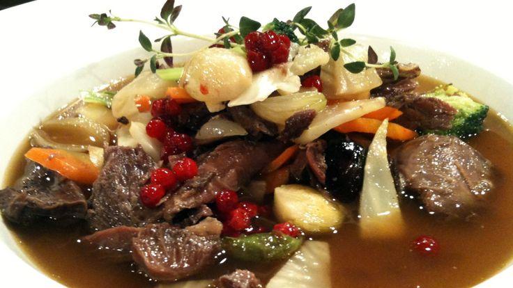 Kraftsuppe med reinsdyrkjøtt - Da Hanne Frosta laget suppen i Førkveld fikk hun ekstra grønnsaker fra gjestene i programmet.