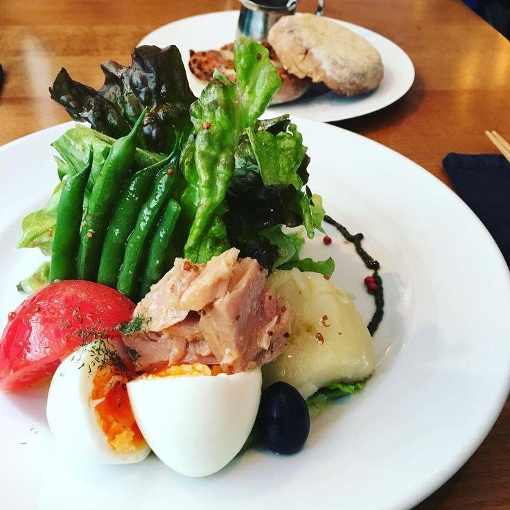 横浜元町エリアにある「Cafe de LENTO(カフェ デ レント)」は、サラダを筆頭に満足度の高いメニューが人気のオシャレな大人カフェ。石川駅前の大通りから一歩入ったところに位置し、アンティーク調の雰囲気と静けさも魅力的なお店です。