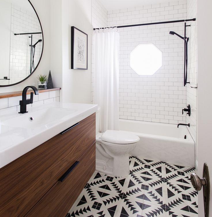 Ça ressemble un peu à l'espace qu'on a. Tiles, black + round mirror // bathroom