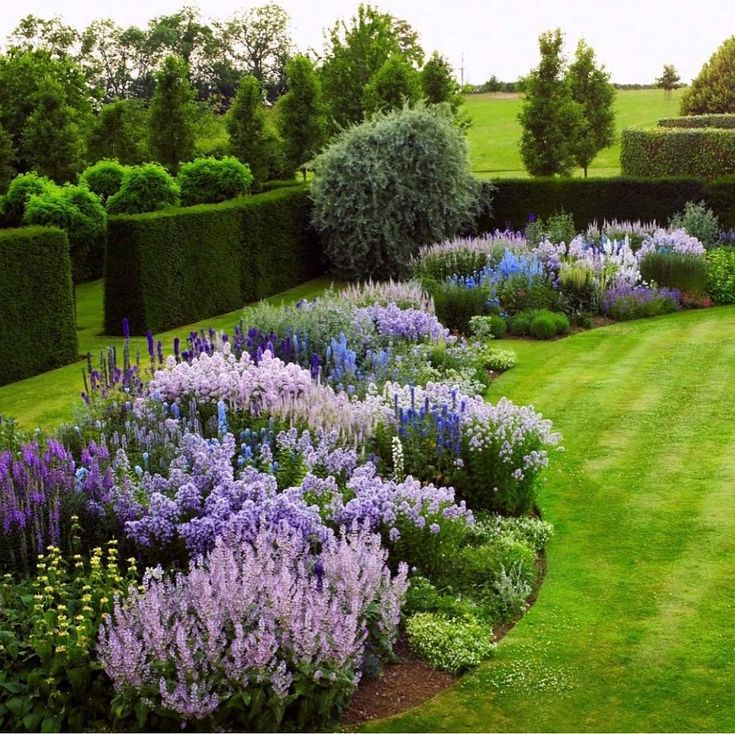 🌳🌳🌳 This stunning English garden, is captured  and shared by  Hugo Ritt…